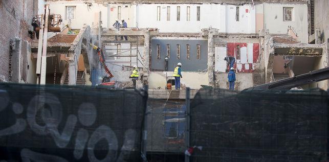 """<span style=""""color: #3366ff;""""><em> Vista del interior del antiguo cine, ya derribado, desde la calle Juanelo. / F: S. Fuente: Eldiario.es </em></span>"""