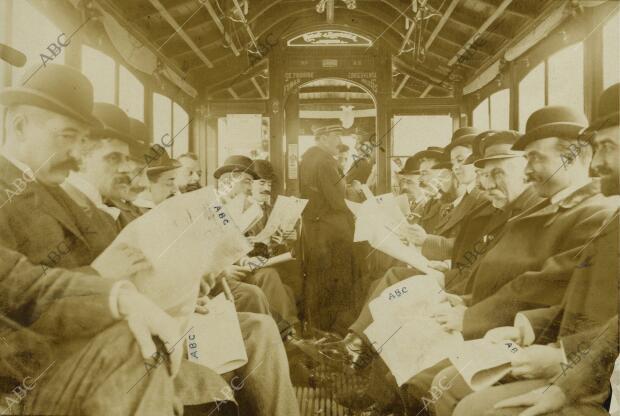 Anónimo. Viajeros leyendo el ABC en el tranvía en 1906. Fotografía del archivo ABC.
