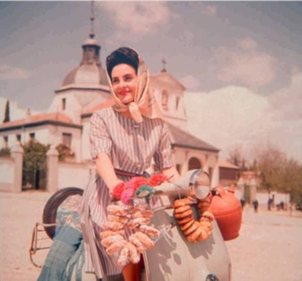Madrileña en vespa y con botijos junto a la Ermita de San Isidro en 1959. Martín Santos Yubero. Fuente de la fotografía: Archivo Regional Comunidad de Madrid