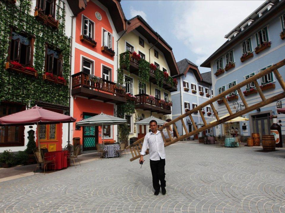 hallstatt-china-man-with-ladder