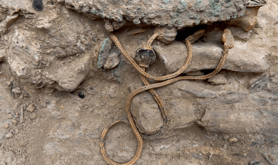 Greek Warriors Unlooted Grave Found in Greece