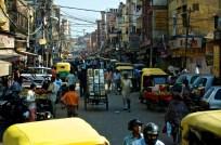 Eine ruhige Straße in Delhi