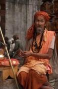 Sadhu vor einem Tempel in Vashisht
