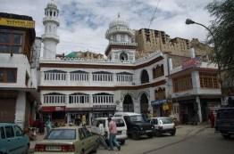 Vor der Moschee in Leh mit Blick auf den alten Königspalast