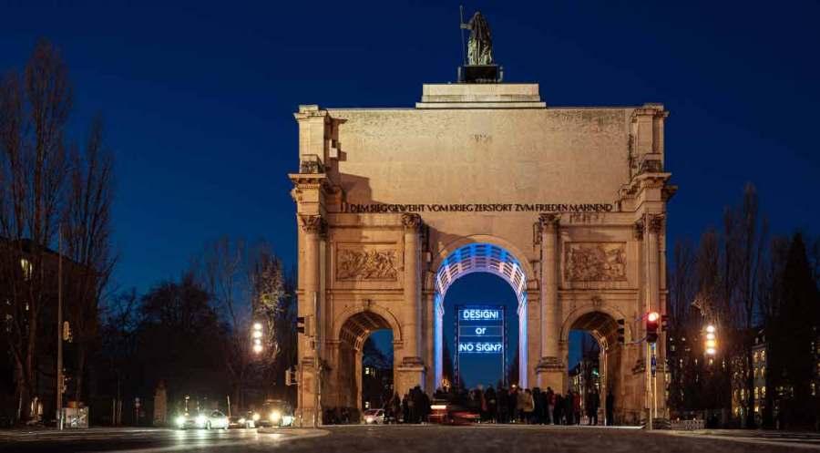 Lichtinstallation des Künstlers Jan Kuck am Siegestor in München