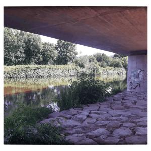 wiesenufer unter der Brücke in Lörrach