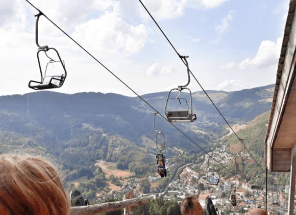 Sessellift auf das Hasenhorn. Hier sieht man wie ein Schlitten für den Hasenhorn coaster nach oben gebracht wird. Genauso kann man auch sein Mountainbike auf den Berg bringen lassen