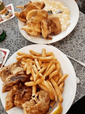 Fischessen in der Veddeler Fischgaststätte  Backfisch mit Pommes kleine Portion