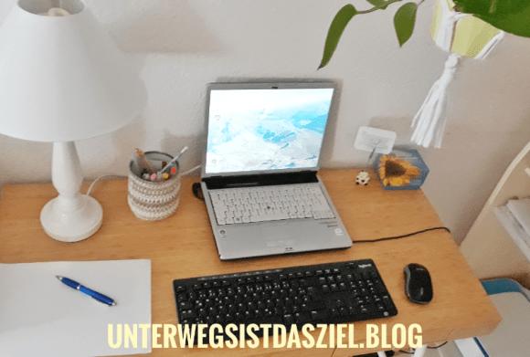Mein Schreibtisch mit Laptop und zusätzlicher Tastatur mit Maus von Logitech ML270 Erfahrungsbericht