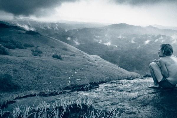 Michael-Fay-saccroupit-au-sommet-dune-montagne-après-avoir-passé-9-mois-dans-la-jungle-République-du-Congo-©-Michael-Nichols-National-Geographic.jpg
