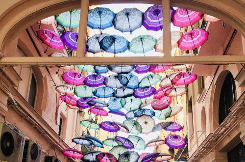 Regenschirme in einer Straße - meine Bukarest Tipps