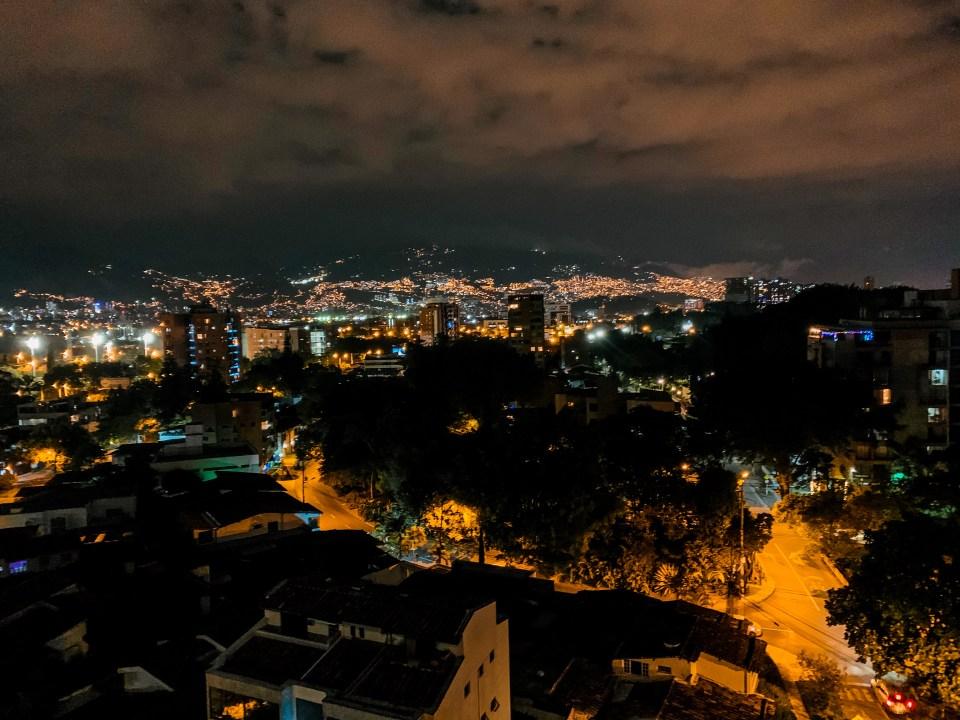 Nächtliches Medellin Kolumbien