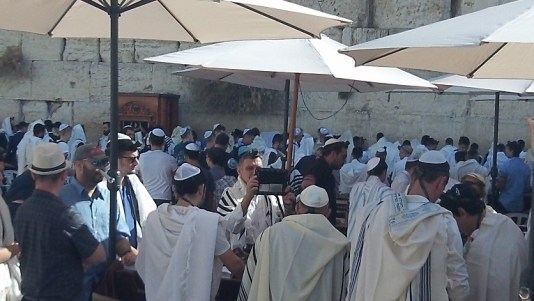 Western Wall: Jewish men praying
