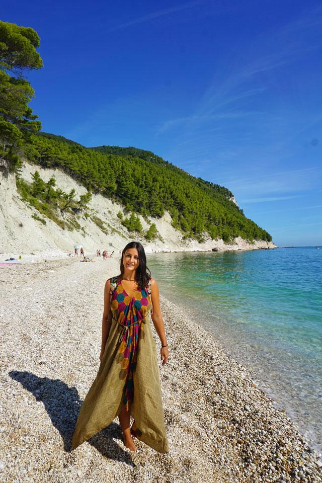 spiaggia dei sassi neri sirolo