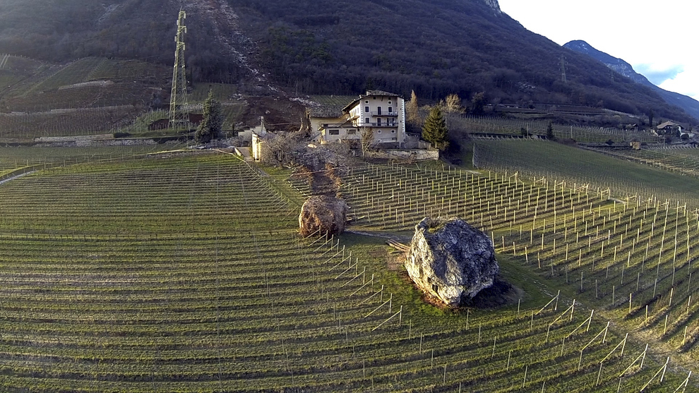 Giant-Boulder-Italy-farmhouse2