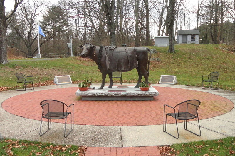 Emily's statue in Sherborn, Massachusetts. (Photo: Daderot/WikiCommons CC0 1.0)