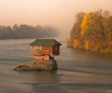 House on the Drina River / Kućica na steni