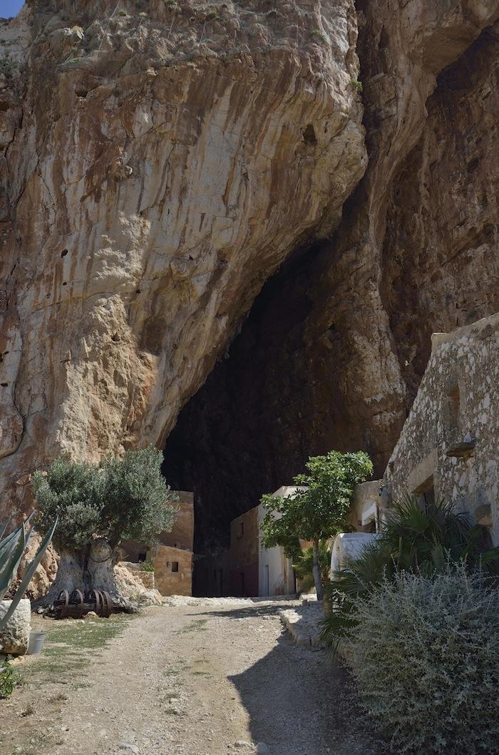 من10الاف Grotta_Mangiapane2.jpg?w=700&ssl=1