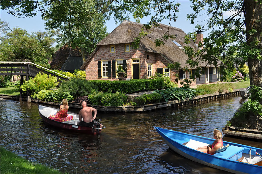 water-village-no-roads-canals-giethoorn-netherlands-3
