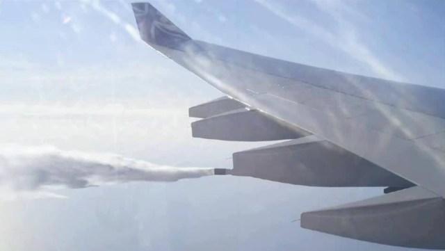 Самолет британских авиалиний, распыляющий химию