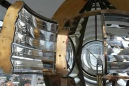 Faro del Montorsoli. Lanterna aperta e apparato ottico. Lampada da 1000 Watt (Photo credit: Tanino Cardillo)