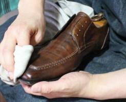 靴のお手入れに水拭きで臭いも解消
