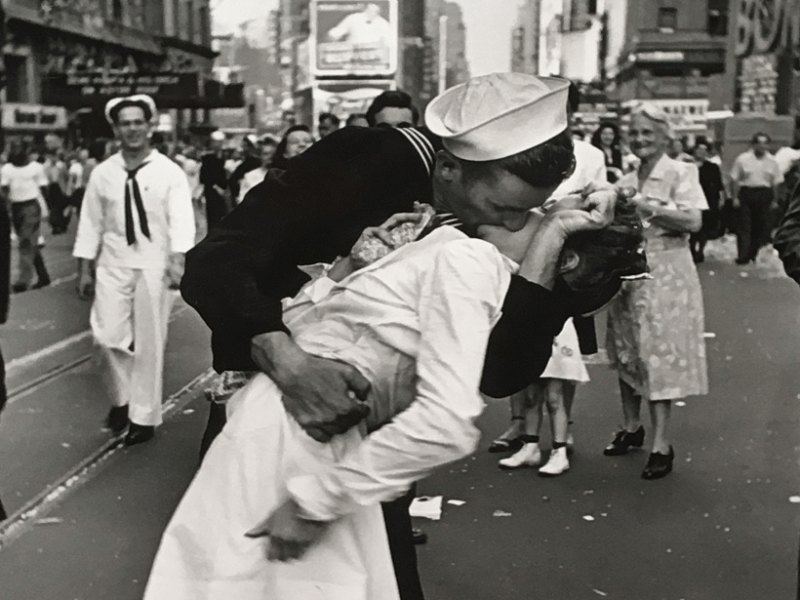 bacio in Times Square di Alfred Eisenstaedt, V-J day in Time Square