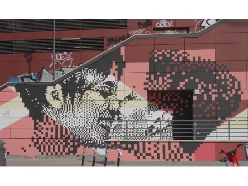 La pixel art di Krayon immortala un bacio tra due donne