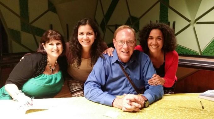 Eu e Sandra Rosa peganndo autógrafo do Lee Carroll. Foi meu segundo seminário do Kryon. Amo de paixão.