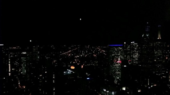 Eclipse total da lua. 15 de Abril de 2014 de um prédio bem alto bem no coração de Melbourne.
