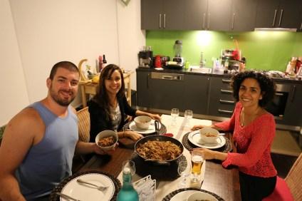 Na nossa casinha jantando yakisoba preparado pelo cunhadinho.