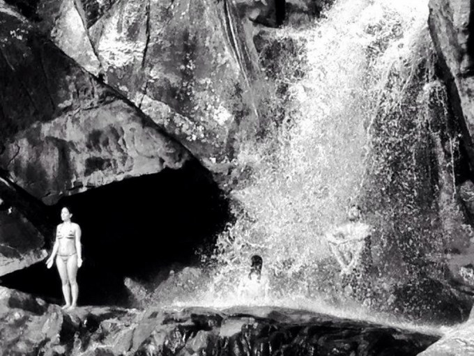 Recarregando as baterias na Chapada dos Veadeiros em julho do ano passado. Cachoeira é sinônimo de vida pra nós <3