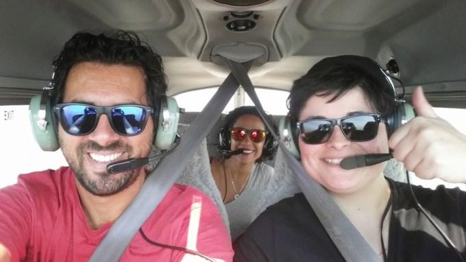 Passeio de avião que fizemos com a Carolina, que trabalha com o Diego. Ela pilota há uns bons anos, mas confesso qe deu frio na barriga voar naquele avião pequenininho, mais sujeito a tribulações. Sobrevoamos a costa leste de Melbourne até Philip Island. Era um dia perfeito pra voar, céu límpido e mar azul. Mas ficar no banco de trás me deu muito enjôo.