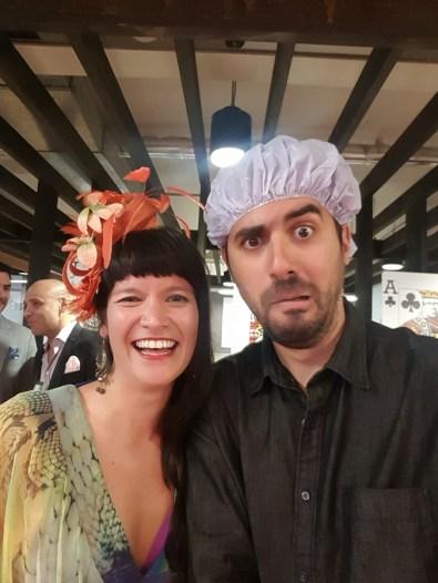 Diego e Claire numa festa à fantasia da Clemenger, empresa onde ele trabalhou até agosto desse ano.