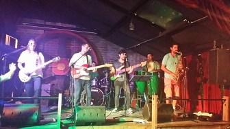 Diego tocando com banda Kavalo, só o melhor da MPB; no Steyne em Manly.