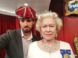 Fazendo palhaçada no Madame Tussauds de Sydney, a rainha ficou imperturbável :)