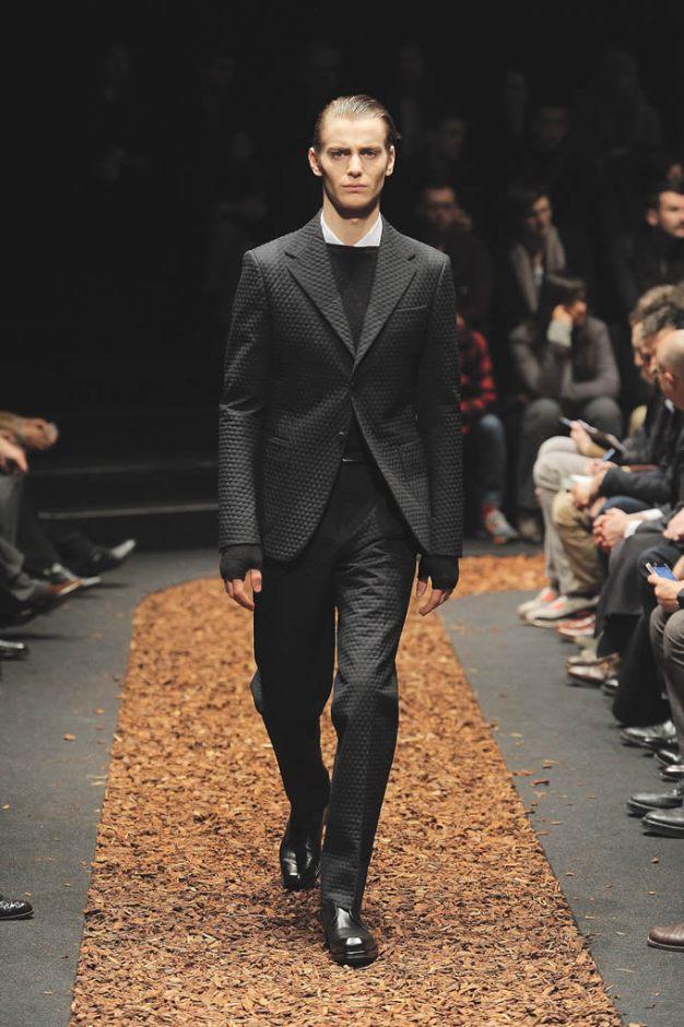 Z Zegna Predominan los cortes sencillos y las siluetas limpias. Paul Surridge, nuevo director creativo de la firma italiana, apostó por prendas atemporales, prácticas y necesarias para que el hombre luzca elegante y sobrio en todo momento.