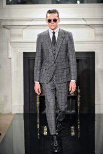 """Hardy Amies Durante la semana de la moda masculina en Londres, se presentó esta sofisticada firma para la temporada otoño-invierno. Con rasgos de """"dandy"""" londinense, esta marca viste al caballero con trajes rectos de tres piezas y de cuadros estampados. Sobresalen los sacos cruzados entallados con corbatas slim en tonos neutros."""