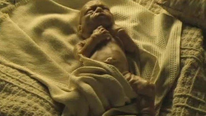 【视频】刚出生的小孩有着80岁的样貌和体质,惨遭父亲抛弃。欣赏电影:《本杰明·巴顿奇事》(视频截图)
