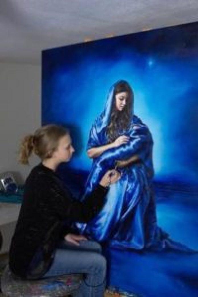 她专心画每一幅画