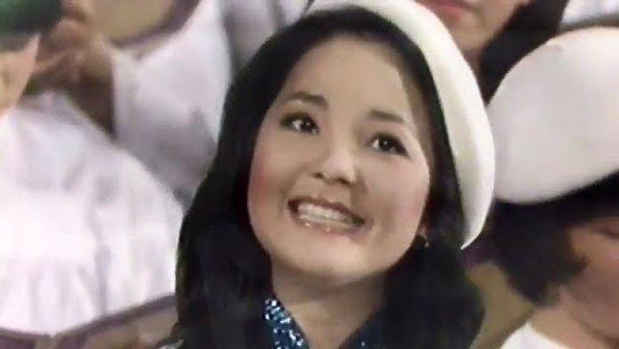 珍贵!邓丽君教日本艺术家唱中文歌曲 DoReMi 1977年Japan (视频截图)