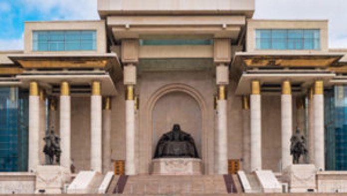 位於烏蘭巴托的成吉思汗像及麾下大將木華黎(右)與博爾朮(左)(网络)