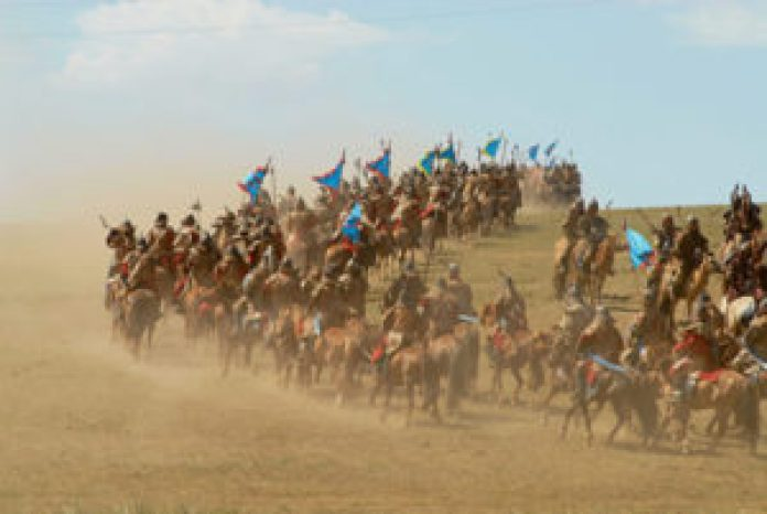 2006年蒙古烏蘭巴托舉行的成吉思汗時代傳統歷史表演中的蒙古士兵(网络)