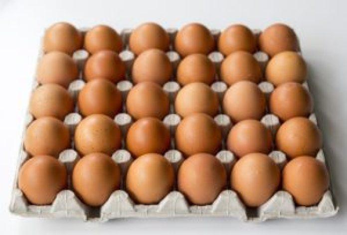 摸手感,新鲜的鸡蛋掂在手里感觉比较重(pixabay)