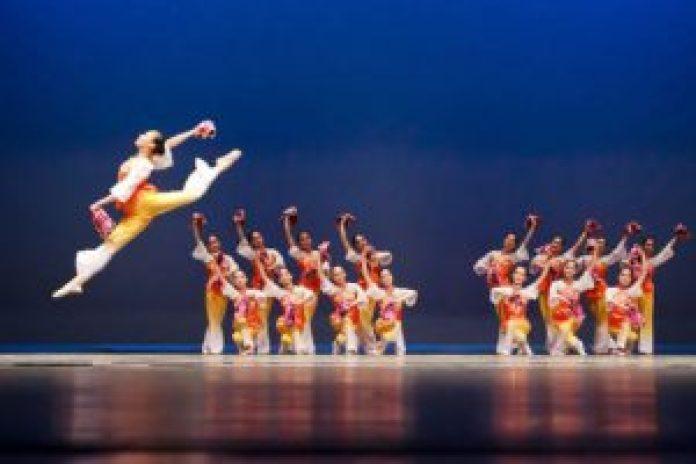 蔦松國中的中國古典舞表現出高超的身韻、技巧要求(王修攝影)