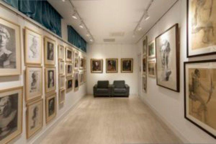 在蔦松國中的「飛天藝廊」中展示著歷年美術班學生的精彩畫作(王正宗攝)影