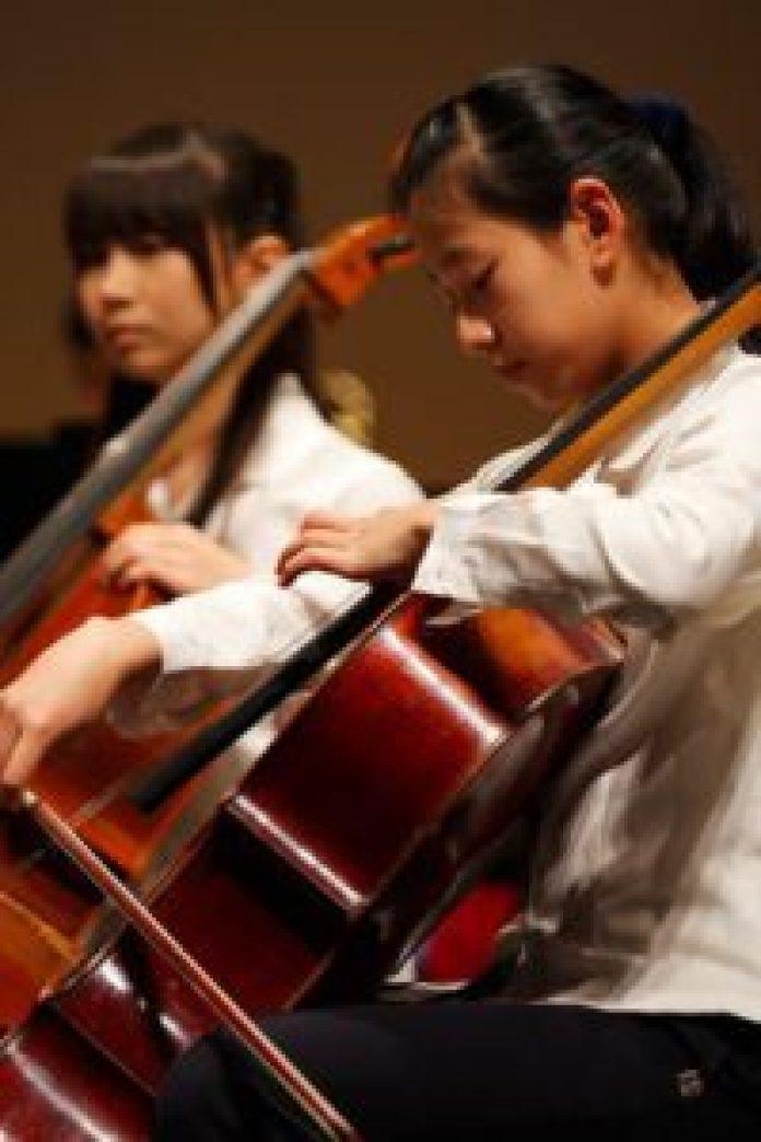 除獨奏和管絃樂團大合奏外,蔦松國中音樂班安排室內樂練習,演奏、聆聽的過程除了不斷精進技術,更要內化精神(上下圖)(丹尼爾攝)影