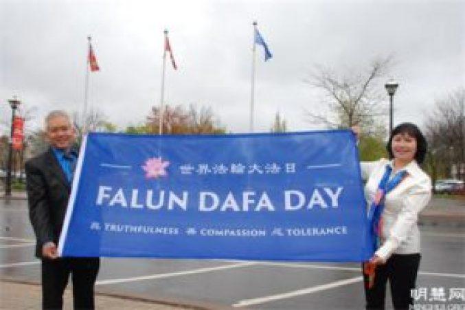 圖13:當地的越南裔法輪功學員阮海倫(Helen Thieu)和先生到場慶祝升旗。