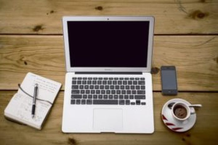 由于电脑、手机等电子产品的普及,越来越多的人成为了低头族(pixabay)