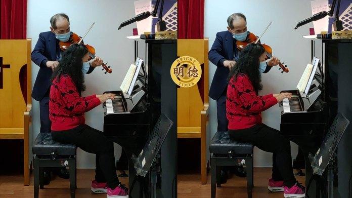 專 心 演 奏 小 提 琴 且 有 鋼 琴 以 配 音